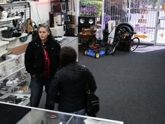 Pawnshop owner fight theif...